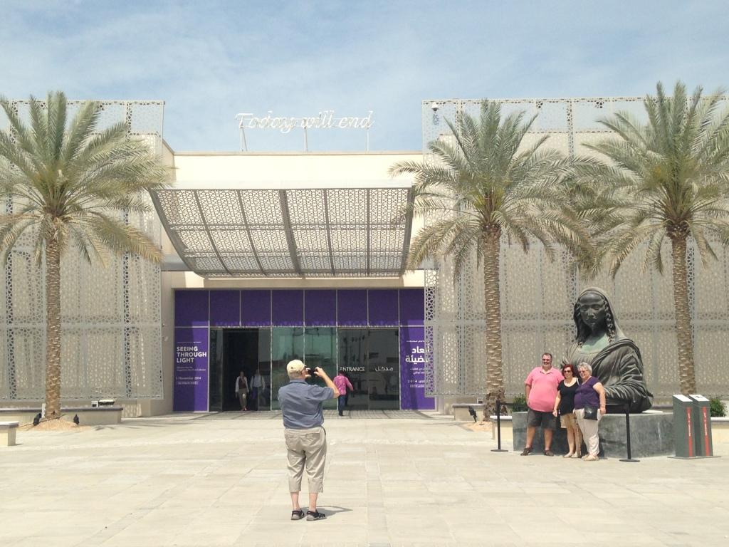 Bezoekers bij de tentoonstelling 'Seeing Through Light' van het Guggenheim Abu Dhabi in Manarat Al Saadiyat, Abu Dhabi. Foto: Roos van der Lint